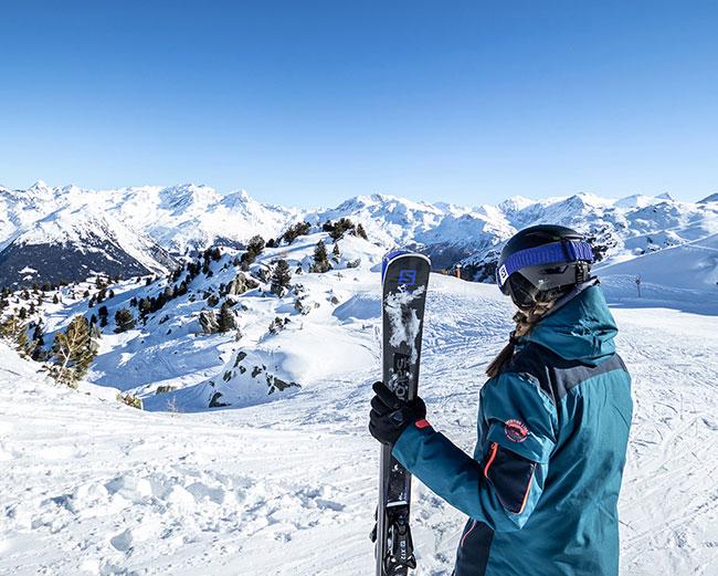 Skieur debout les arcs