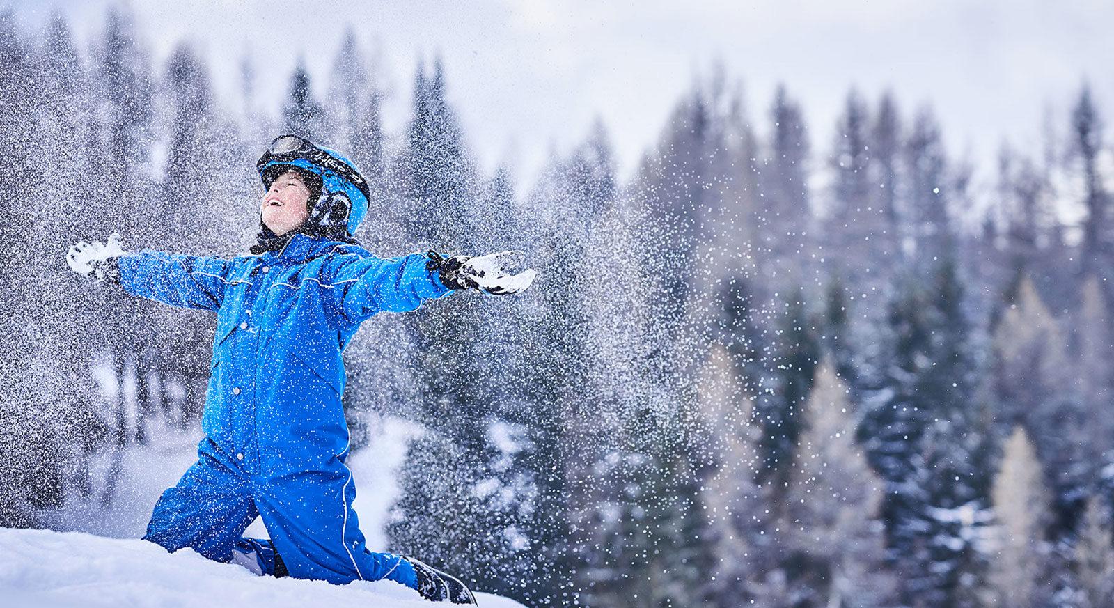 Enfant jouant dans la neige